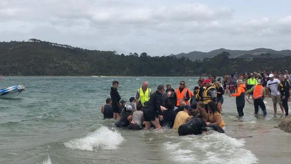 Cả ngàn người già trẻ, trai gái khẩn cấp cứu 11 cá voi mắc cạn - Ảnh 9.