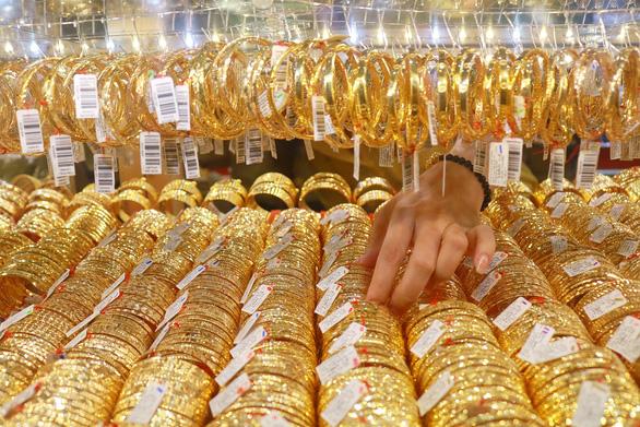 Vàng rơi gần về ngưỡng 43 triệu đồng/lượng - Ảnh 1.