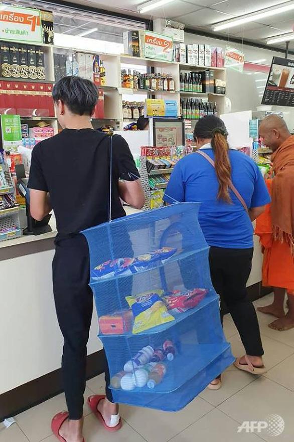 Dân Thái xách giỏ lưới, đẩy xe cút kít thay túi nhựa khi mua sắm - Ảnh 2.
