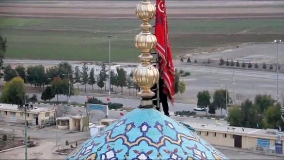Xôn xao Iran lần đầu treo 'lá cờ phục hận' tưởng niệm tướng Soleimani - Ảnh 1.