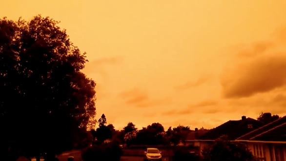 Khói bụi cháy rừng ở Úc nhuộm cam bầu trời thành phố của New Zealand - Ảnh 1.