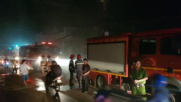 Cháy lớn xưởng gỗ ở Hóc Môn, nhiều tài sản bị thiêu rụi - Ảnh 3.