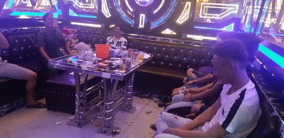 Ập vào karaoke, công an phát hiện 34 nam nữ dương tính ma túy - Ảnh 1.