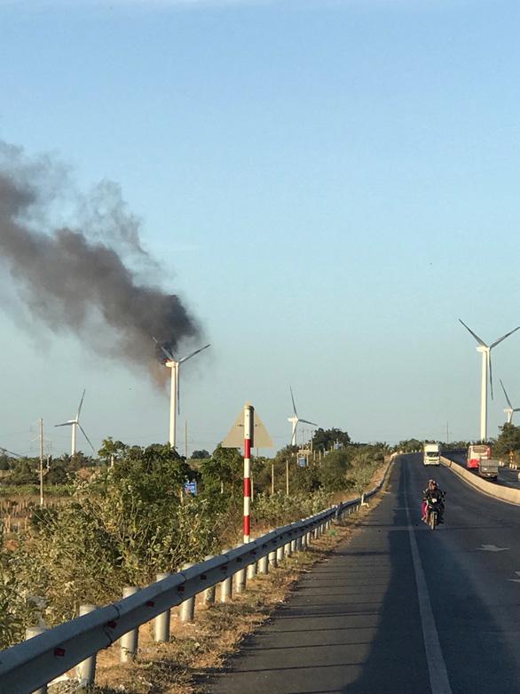 Tuôcbin trụ điện gió ở Tuy Phong bốc cháy dữ dội - Ảnh 2.