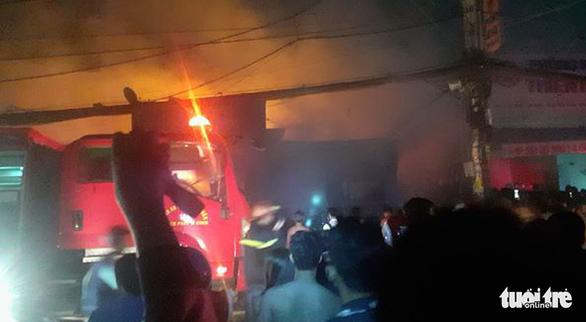 Cháy lớn xưởng gỗ ở Hóc Môn, nhiều tài sản bị thiêu rụi - Ảnh 2.