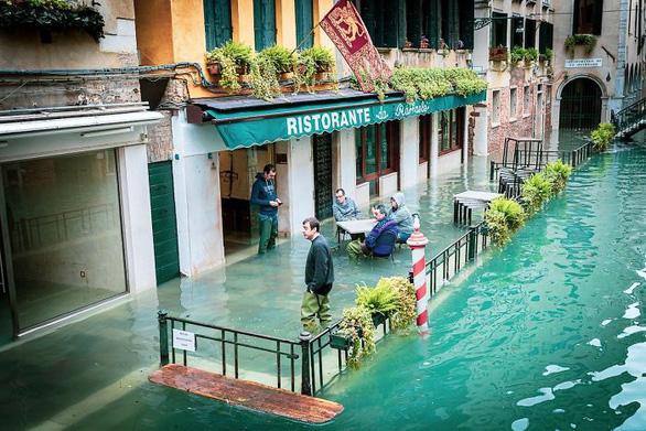Nữ phóng viên quẩy balô vào Venice ngập trong biển nước - Ảnh 3.