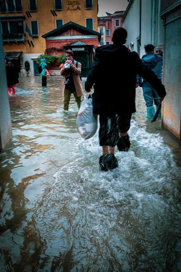 Nữ phóng viên quẩy balô vào Venice ngập trong biển nước - Ảnh 8.
