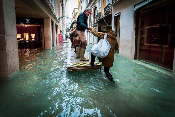 Nữ phóng viên quẩy balô vào Venice ngập trong biển nước - Ảnh 4.