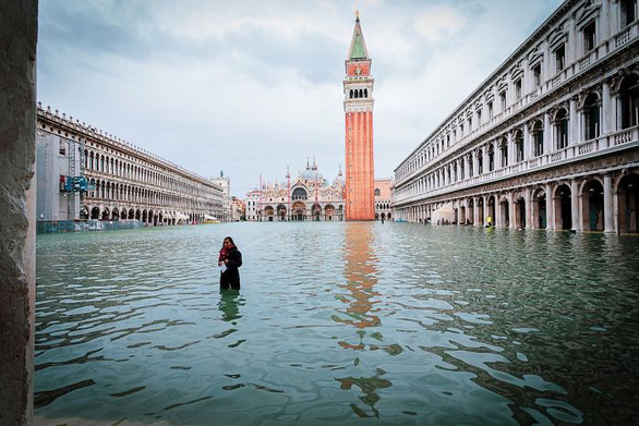 Nữ phóng viên quẩy balô vào Venice ngập trong biển nước - Ảnh 2.