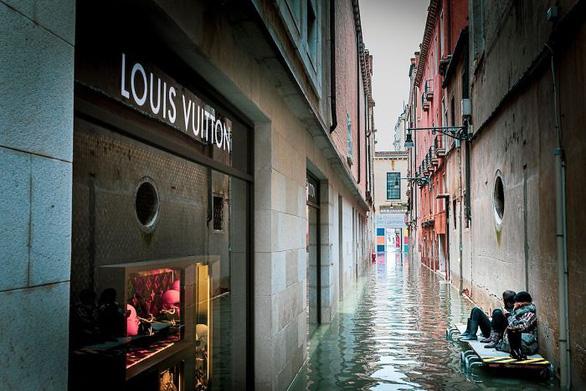 Nữ phóng viên quẩy balô vào Venice ngập trong biển nước - Ảnh 5.