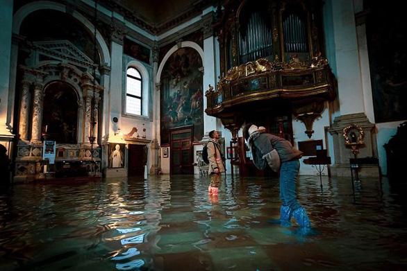 Nữ phóng viên quẩy balô vào Venice ngập trong biển nước - Ảnh 10.