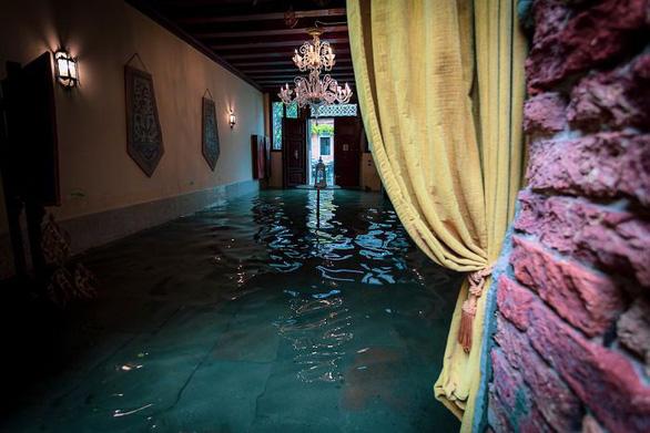 Nữ phóng viên quẩy balô vào Venice ngập trong biển nước - Ảnh 6.
