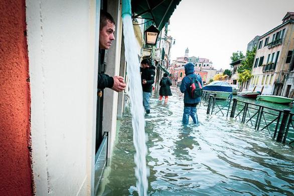 Nữ phóng viên quẩy balô vào Venice ngập trong biển nước - Ảnh 7.