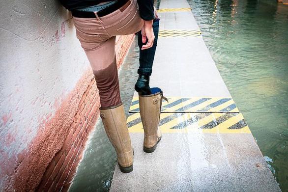 Nữ phóng viên quẩy balô vào Venice ngập trong biển nước - Ảnh 9.