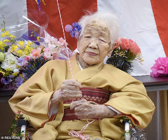Cụ bà già nhất thế giới ăn bánh sinh nhật tuổi 117 còn khen ngon - Ảnh 1.