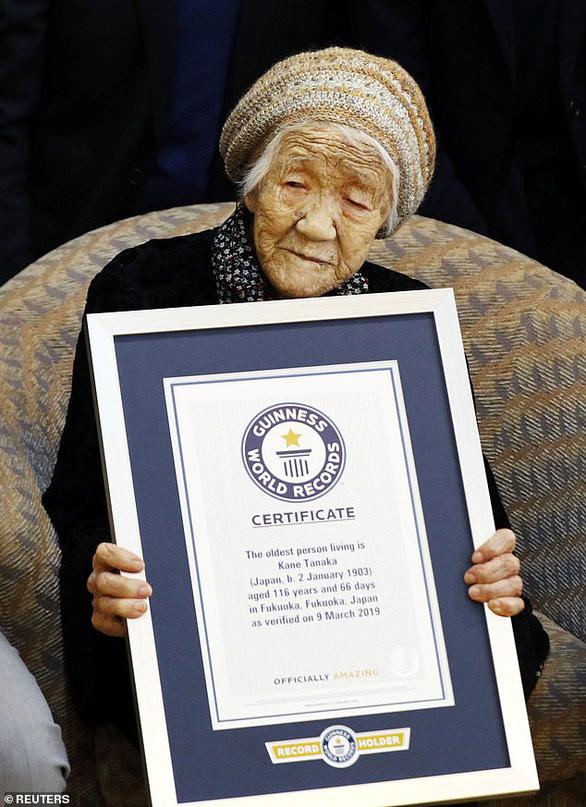 Cụ bà già nhất thế giới ăn bánh sinh nhật tuổi 117 còn khen ngon - Ảnh 2.
