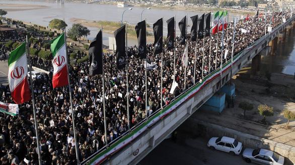 Người dự lễ tang tướng Soleimani kêu gọi lấy đầu ông Trump giá 80 triệu USD - Ảnh 2.