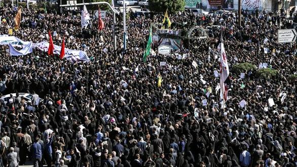 Người dự lễ tang tướng Soleimani kêu gọi lấy đầu ông Trump giá 80 triệu USD - Ảnh 1.