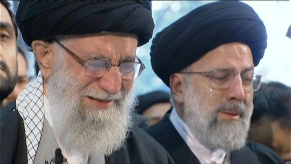 Đại giáo chủ Iran khóc nức nở bên linh cữu tướng Soleimani - Ảnh 1.