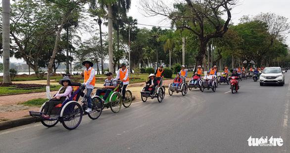 Lãnh đạo tỉnh Thừa Thiên Huế đối thoại với người đạp xích lô du lịch - Ảnh 2.