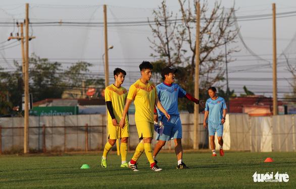 Không được vào sân, cổ động viên xem U23 Việt Nam tập qua rào chắn - Ảnh 6.