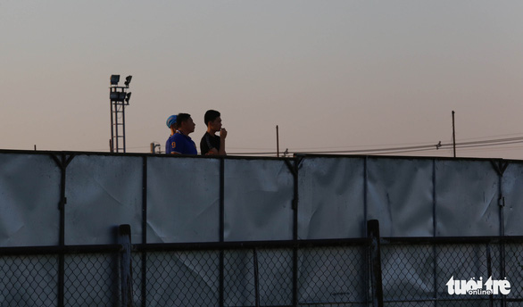 Không được vào sân, cổ động viên xem U23 Việt Nam tập qua rào chắn - Ảnh 3.