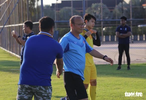 Không được vào sân, cổ động viên xem U23 Việt Nam tập qua rào chắn - Ảnh 1.