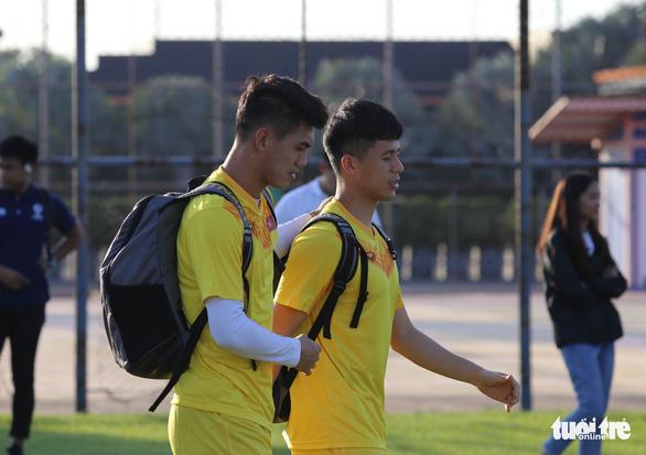 Không được vào sân, cổ động viên xem U23 Việt Nam tập qua rào chắn - Ảnh 5.