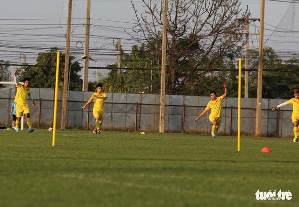 Không được vào sân, cổ động viên xem U23 Việt Nam tập qua rào chắn - Ảnh 8.