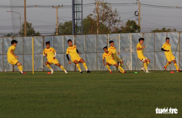 Không được vào sân, cổ động viên xem U23 Việt Nam tập qua rào chắn - Ảnh 7.