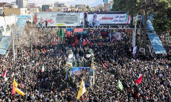 Giẫm đạp tại lễ an táng tướng Iran Soleimani, hàng chục người chết - Ảnh 1.