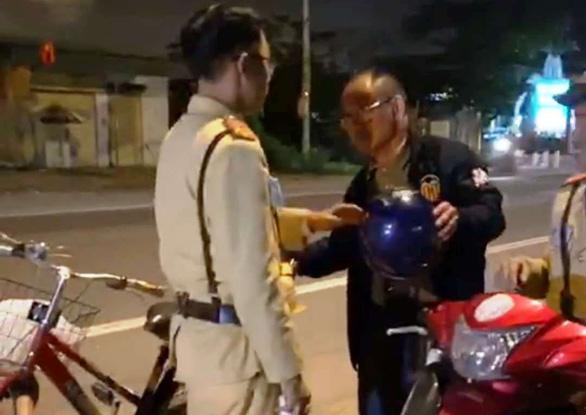 Một người Trung Quốc say xỉn đi xe đạp bị phạt 500.000 đồng - Ảnh 1.