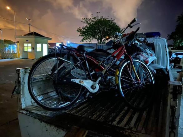 Một người Trung Quốc say xỉn đi xe đạp bị phạt 500.000 đồng - Ảnh 2.