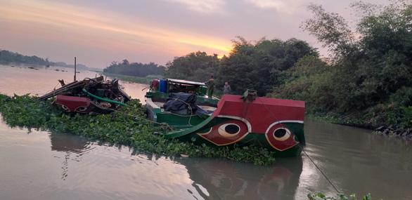 Tạm giữ hai ghe khai thác cát trái phép trên sông Sài Gòn vào ban đêm - Ảnh 1.