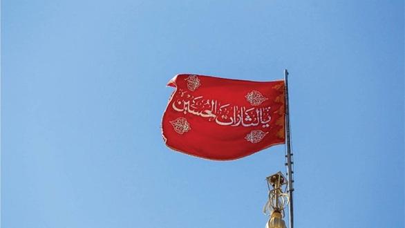 Sự thật về cờ đỏ máu lần đầu treo trên thánh đường ở Iran - Ảnh 1.