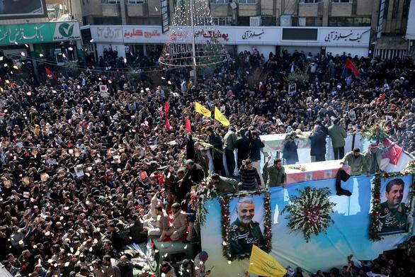 Sự thật về cờ đỏ máu lần đầu treo trên thánh đường ở Iran - Ảnh 2.