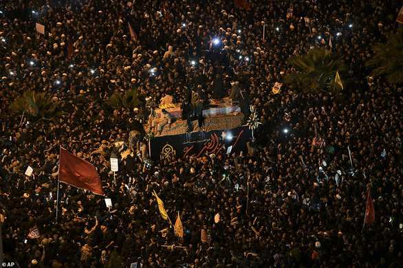 Người Iran thức trắng đêm khóc thương tướng Soleimani - Ảnh 1.