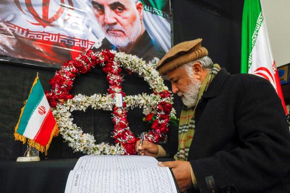 Sự thật về cờ đỏ máu lần đầu treo trên thánh đường ở Iran - Ảnh 3.