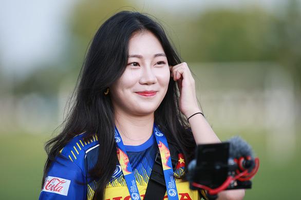 Nữ phóng viên Hàn Quốc xinh đẹp sang Thái Lan cổ vũ thầy trò ông Park - Ảnh 1.