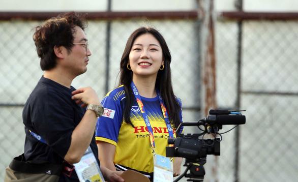 Nữ phóng viên Hàn Quốc xinh đẹp sang Thái Lan cổ vũ thầy trò ông Park - Ảnh 3.