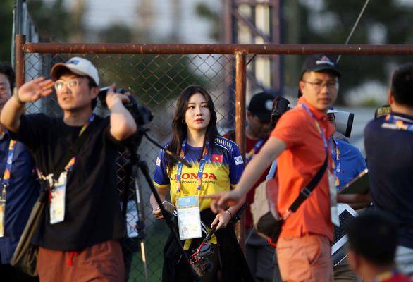 Nữ phóng viên Hàn Quốc xinh đẹp sang Thái Lan cổ vũ thầy trò ông Park - Ảnh 2.