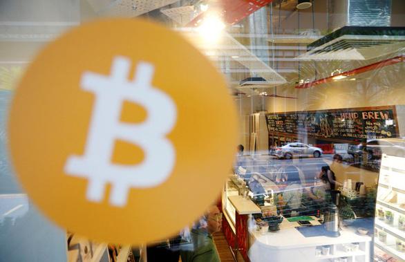Giá Bitcoin ăn theo tiếng đạn bom - Ảnh 1.