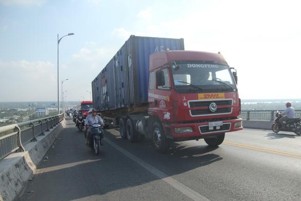 Cấm xe tải trọng lớn qua cầu Rạch Miễu - Ảnh 1.