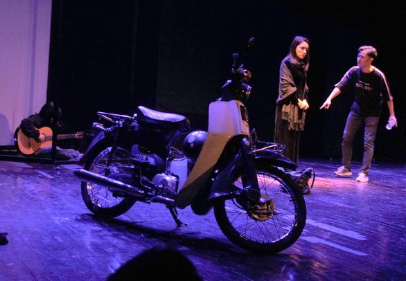Cô gái và chiếc xe máy: Nhạc kịch hấp dẫn về người trẻ - Ảnh 1.