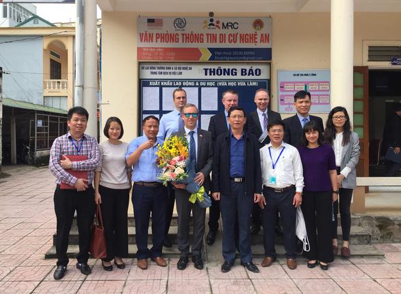 Đại sứ Anh thăm gia đình nạn nhân vụ 39 thi thể - Ảnh 1.