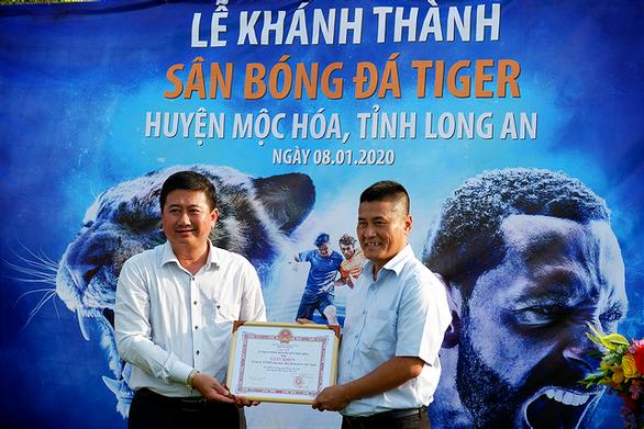 HEINEKEN Việt Nam xây sân bóng đá cộng đồng tại huyện biên giới Mộc Hóa - Ảnh 1.