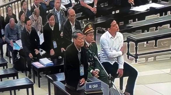 Bị cáo vụ thâu tóm đất công tại Đà Nẵng khóc tại tòa, nói 'sợ không qua khỏi trong tù' - Ảnh 1.