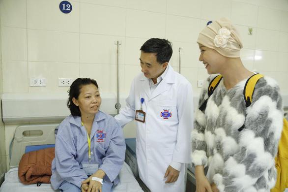 Nữ sinh viên bị ung thư thi duyên dáng được tặng 13 liệu trình thuốc đặc trị - Ảnh 1.
