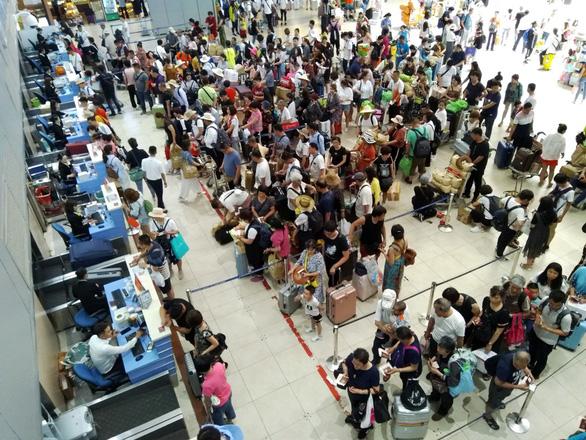 Kiểm tra chặt khách Trung Quốc đến sân bay Cam Ranh vì bệnh viêm phổi lạ - Ảnh 1.