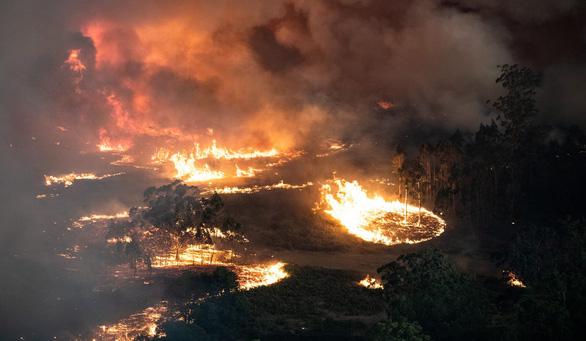 Nhiệt độ lên 40 độ C, Úc hồi hộp chờ mưa ngăn cháy rừng - Ảnh 1.